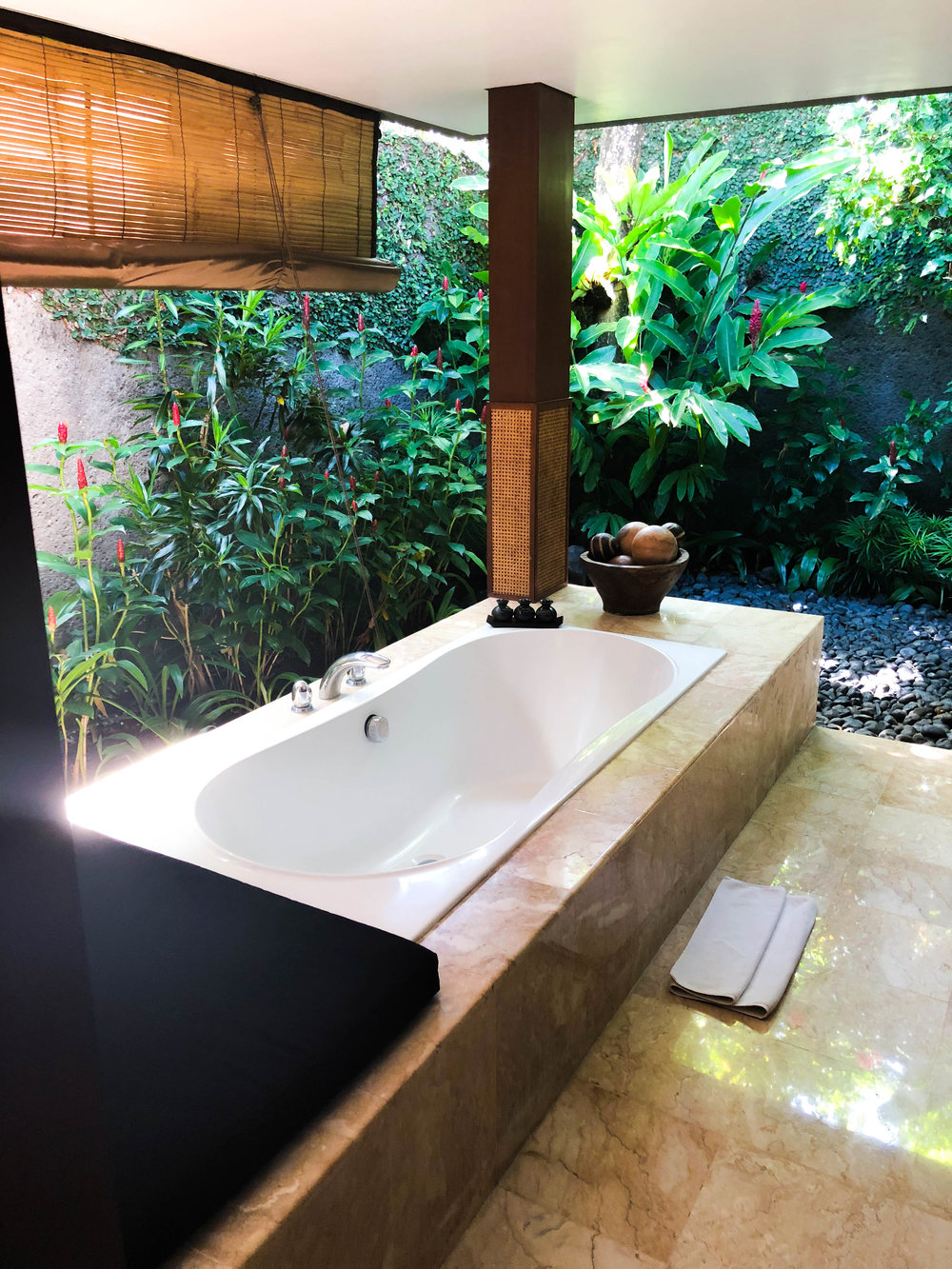 so in love with the outdoor bathroom and tub